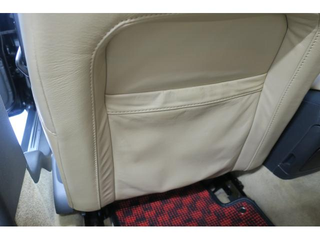 パッセンジャー席側スカッフプレート。