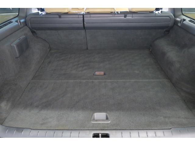 ドライバーシート背面もブ厚い本革で覆われています。