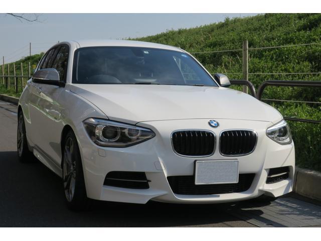 BMW M社がセットアップした「アダプティブMサスペンション」(電子制御式ダンパー)を装備。