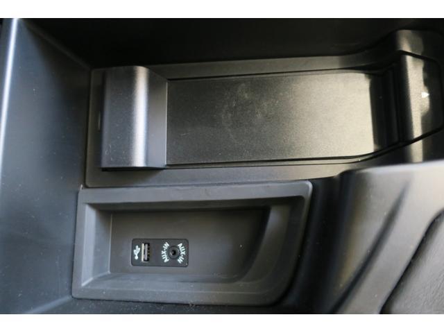 アームレスト内部。USB端子、イヤホンジャックを装備。