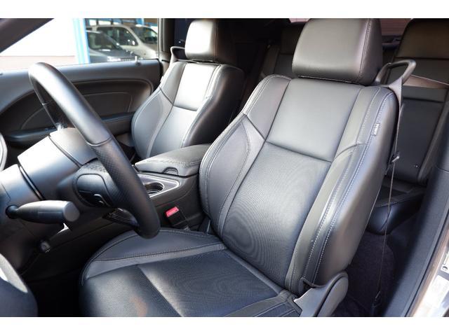 ブラックレザーシートにはシートヒーター&シートクーラーを装備しており夏冬通して快適にご使用いただけます!