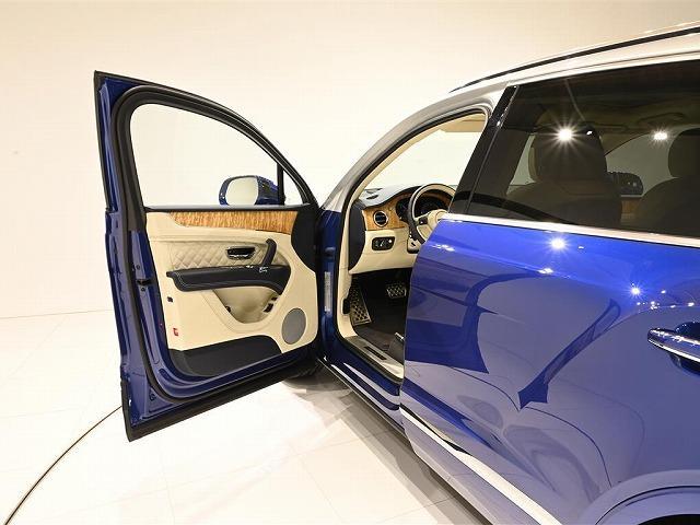 内装色は、Linen / Imperial Blueです。