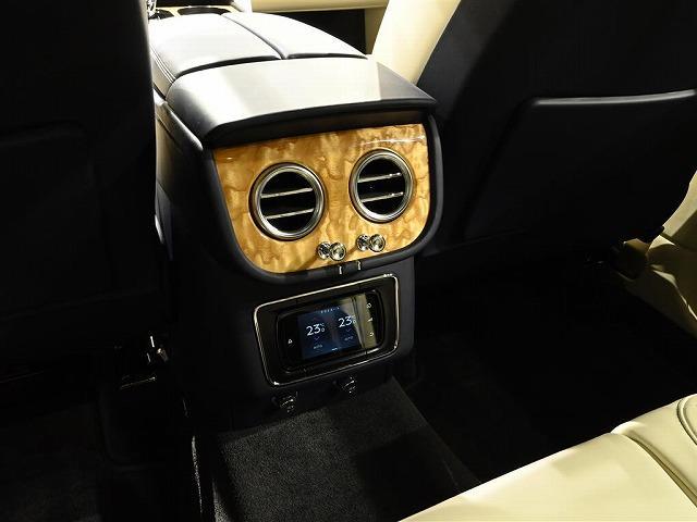 後部座席の方も、空調を調節できます。