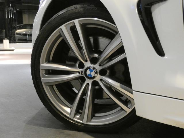 足元にはスタイリッシュなデザインの純正19インチアルミホイールを装備!BMW純正サスペンションシステムを搭載し、BMW特有の安心・安定感のあるブレーキシステムも好評です!TEL045-844-3737