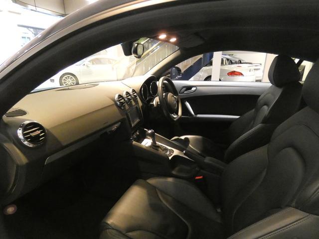 ブラックを基調とした車内にシルバーインテリアトリムを組み合わせたスポーティーな雰囲気を演出したインテリアです!TEL:045-844-3737