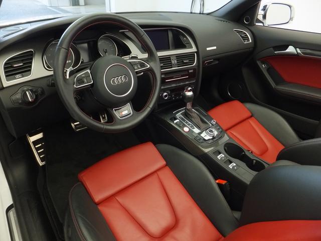 [標準装備]ステアリングホイール 3スポーク レザー マルチファンクション パドルシフト/MMI ナビゲーション/アームレスト レザーカバー (Audi exclusive)