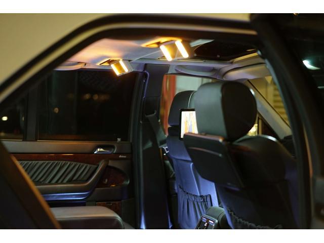 後席にもアルパイン製ワイドモニターを装備しており移動中も快適に過ごして頂けます。