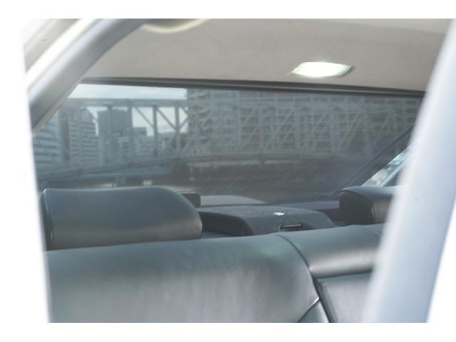 後部座席のプライバシーシェードも電動で作動します!
