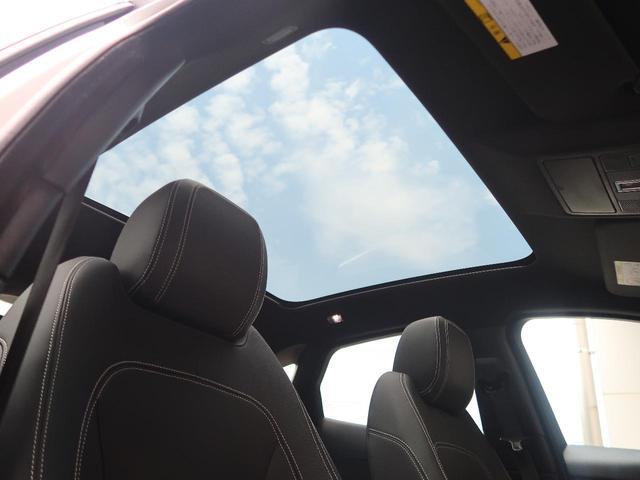 明るく開放的な光を生み出し広々とした空間を演出するパノラミックルーフ!ダークティンテッド強化ガラスは快適な車内温度を維持し日差しの影響を抑えるとともにプライバシーを保つ。電動サンブラインドも装備!