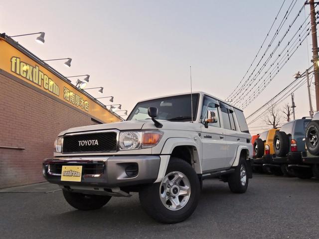 トヨタ ランドクルーザー70 バン 30thアニバーサリー 再販ガソリンモデル ダイヤトーンナビ バックカメラ 木目ステアリング ブラックレザー調シートカバー