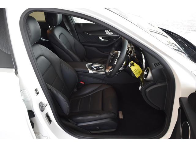 【運転席】スポーティーな形状のフロントシート!