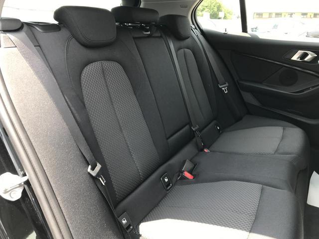 118i プレイ 弊社デモカー BMW アルミニウムライン オートマチックテールゲートオペレーション クルーズC コンフォートPKG ワイヤレスチャージング パーキングアシスト 16AW(35枚目)