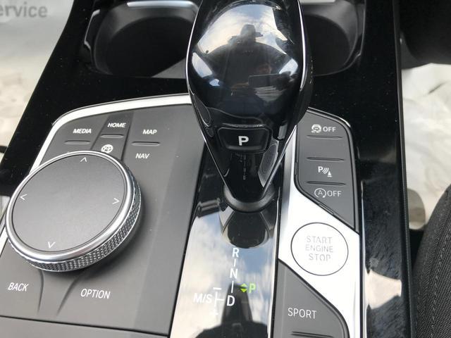 118i プレイ 弊社デモカー BMW アルミニウムライン オートマチックテールゲートオペレーション クルーズC コンフォートPKG ワイヤレスチャージング パーキングアシスト 16AW(55枚目)