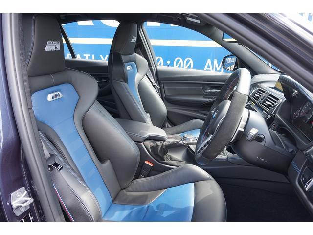 フロントシートのヘッドレストに 30Jahre M3のステッチを施したブラックとフィヨルド・ブルーの専用バイ・カラー仕上げのメリノ・レザー・インテリアを採用