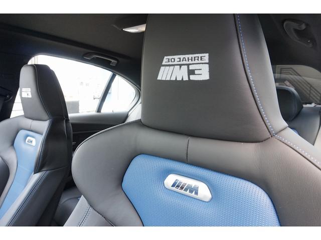 深いシートポジションと高いサイドサポートを組み合わせたバケットタイプのMスポーツシート