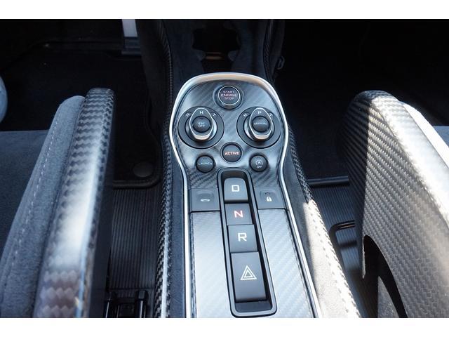 ミッドシップエンジンからリアホイールにパワーを送り込む、7速デュアルクラッチ式シームレスシフトギアボックス。