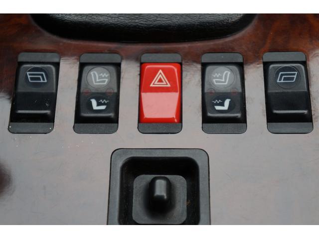 シフトレバーの後方には、シートヒータースイッチ等が、配置されています!!