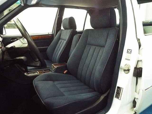 一見、旧く見えるシートですが、一度座るとコレ♪コレ♪ってなる秀逸なシート♪ 現代の自動車でこの乗り心地を経験する事は出来ないでしょうね〜☆