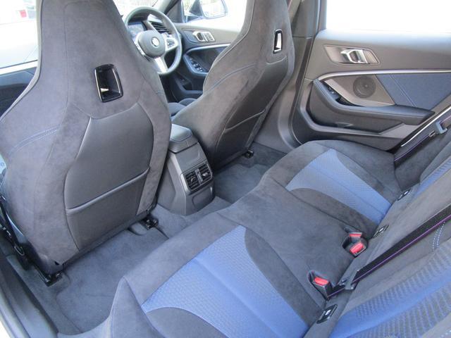 M135i xDrive 弊社デモカー 新車保証継承 リバースアシスト アクティブクルーズ 電動リアゲート 電動フロントシート コンフォートアクセス 18インチAW バックカメラ 全周囲センサー 衝突軽減ブレーキ SOSコール(21枚目)