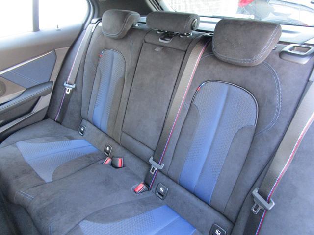 M135i xDrive 弊社デモカー 新車保証継承 リバースアシスト アクティブクルーズ 電動リアゲート 電動フロントシート コンフォートアクセス 18インチAW バックカメラ 全周囲センサー 衝突軽減ブレーキ SOSコール(23枚目)