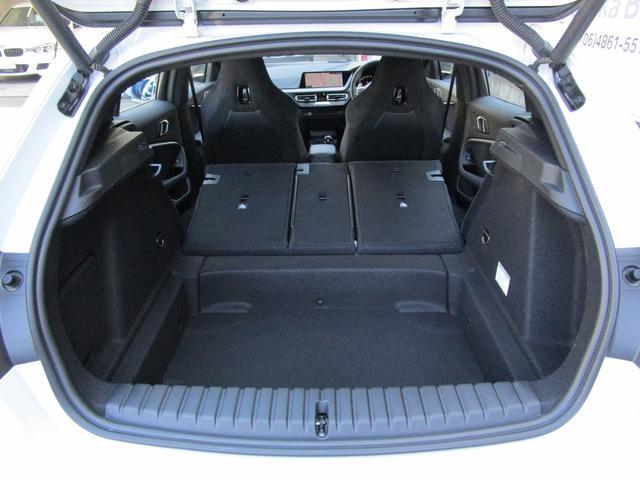 M135i xDrive 弊社デモカー 新車保証継承 リバースアシスト アクティブクルーズ 電動リアゲート 電動フロントシート コンフォートアクセス 18インチAW バックカメラ 全周囲センサー 衝突軽減ブレーキ SOSコール(27枚目)