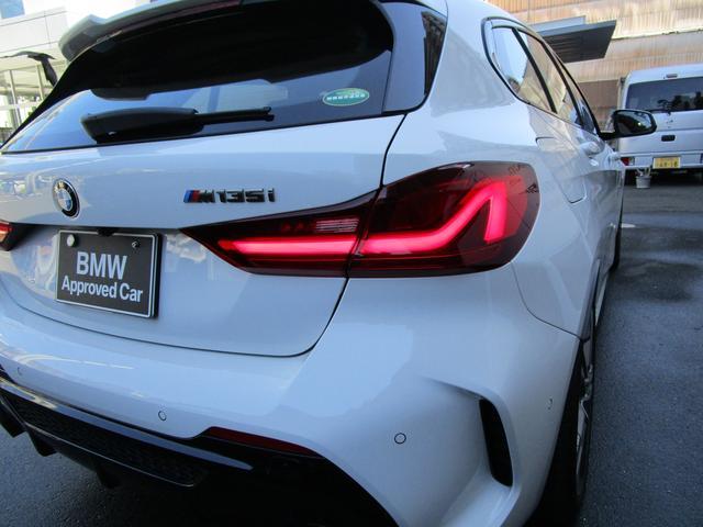 M135i xDrive 弊社デモカー 新車保証継承 リバースアシスト アクティブクルーズ 電動リアゲート 電動フロントシート コンフォートアクセス 18インチAW バックカメラ 全周囲センサー 衝突軽減ブレーキ SOSコール(53枚目)