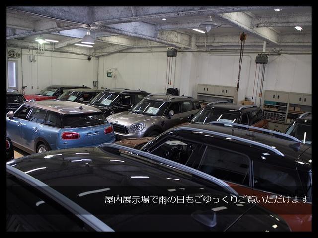 6中古車屋内展示12台。雨の日や夜間なども気にせずごゆっくりご覧頂けますよ。