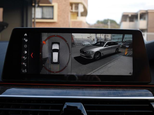 自分の車を外から見ている3D映像です。