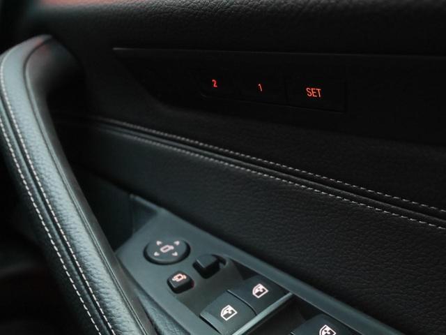 運転席ドア内側です。パワーシートのメモリーボタンもここにございます。