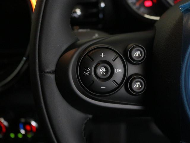 「アクティブクルーズコントロール」です。こちらの機能により前走者との車間距離を維持しながら追従することでドライバー様の運転負荷を軽減する事ができます。