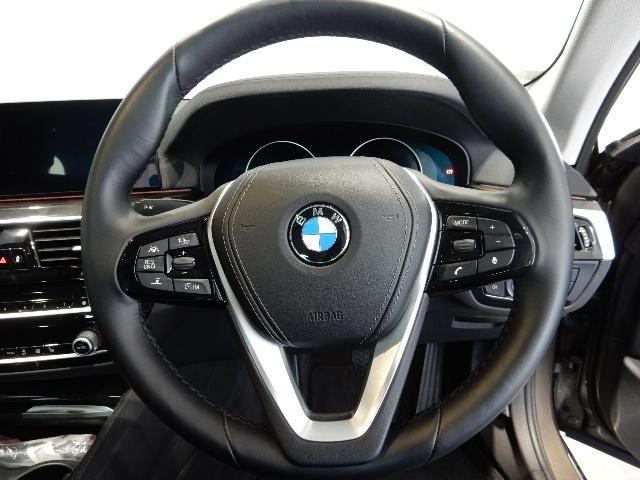 ステアリングでオーディオ操作も行えますのでドライブに集中できます。