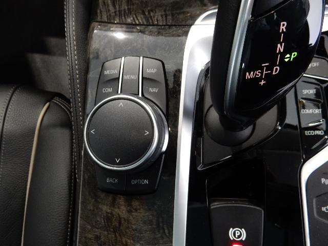iDriveコントローラー。ナビゲーションの設定やオーディオ、車両設定・情報を直感的シンプルかつ直感的に操作頂けます。