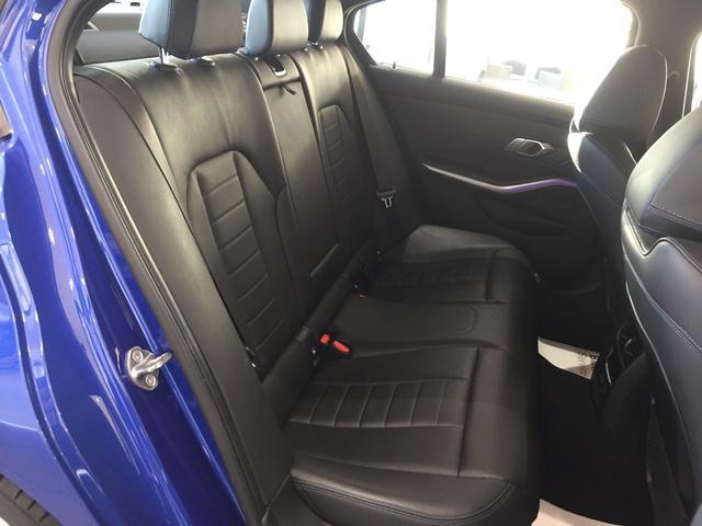 320d xDrive Mスポーツ デビューパッケージ コンフォートパッケージ ブラックレザーシート シートヒーター 19インチアルミホイール 電動トランクゲート LEDヘッドライト バックカメラ HiFiスピーカー 純正HDDナビ(13枚目)