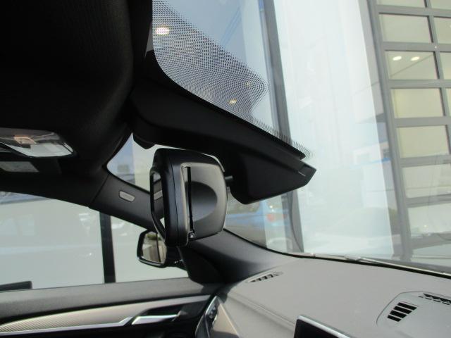 ドイツ本社と同様の教育を受けたBMW専門のメカニックが、100項目にも上るポイントを徹底的にチェック致します。その保証料が車両本体価格に含まれております。