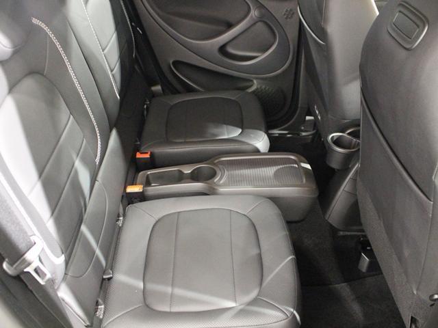 後部座席は折り畳み可能で、お荷物の多いときはフルフラットにしてお使いいただけます。