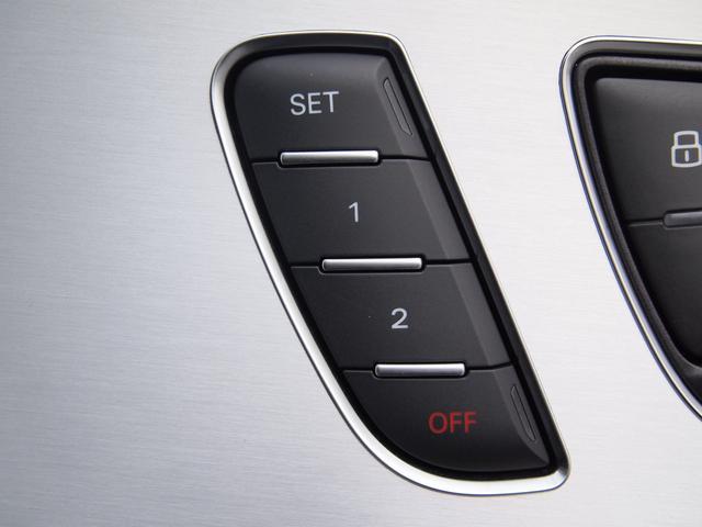 便利な電動シートと2つまで記憶できるシートメモリー付きです。