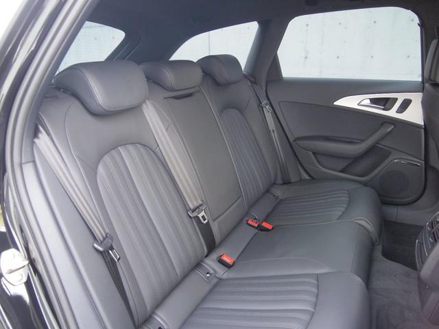 後席シートはほとんど使用感がなく、綺麗な状態を保っております。
