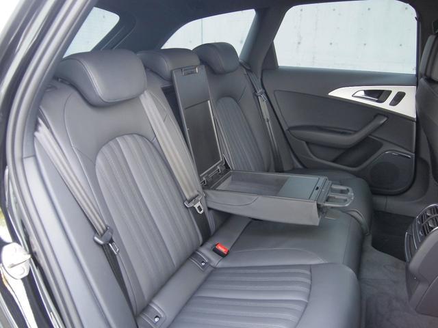 肘置き、ドリンクホルダーもございますので、後席の方も快適にお乗りいただけます。