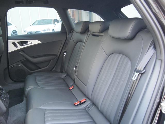リヤシートも足元広々。つま先を前席のシートの下に入れられるように設計されていますので両足がとても落ち着きます。