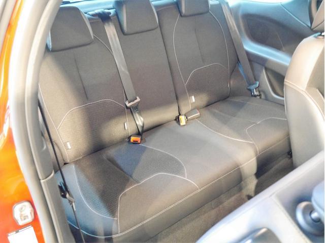 ●後部座席は大人の方でも十分すぎる室内空間を備えております。後席シートも擦れなど無く、綺麗な状態です♪