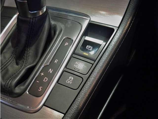 ●電子サイドブレーキとなり、信号待ちなどの停止時にブレーキを保持してくれる「オートホールドブレーキ機能」を装備しております。