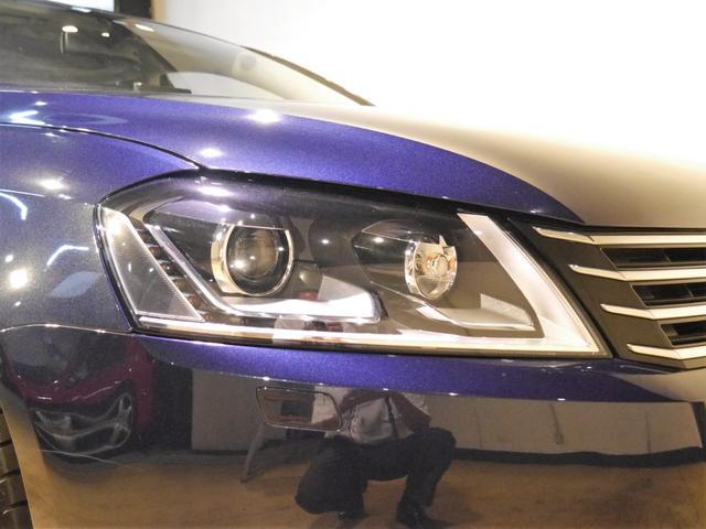 ●アダプティブ・バイキセノンヘッドライトを装備しております。ハンドルの切れ角にわせて光軸が動きます♪ヘッドライトの表面には黄ばみやクスミも無く綺麗な状態を保っております♪
