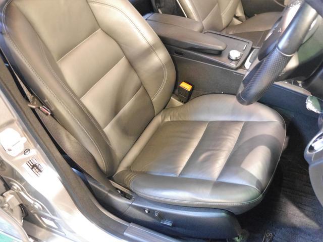 ●こちらは運転席座面のお写真です。サイドサポート部分や座面の程度も良く、使用感の少ないシートとなります!!