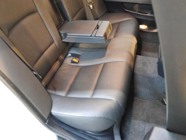 ●こちらはリアシート座面のお写真です。サイドサポート部分や座面の程度も良く、使用感の少ないシートとなります!!