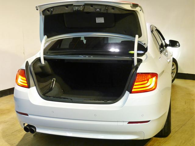 ●後席シートは可倒式となり、大容量のトランクスペースを確保することも可能です。ゴルフバックなどの大型のお荷物も楽々積載が可能です♪