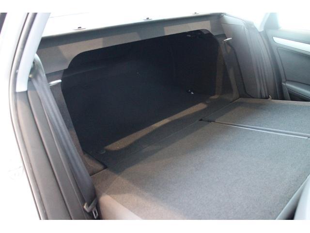 ●分割可倒式リヤシートは2分割で前方に倒す事が可能です。ラゲッジスペースに入りきらない長い荷物も積載可能でございます。