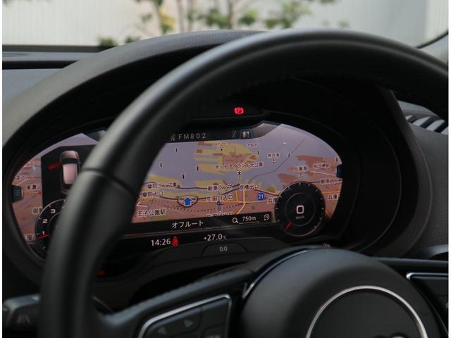 車の基本操作はセンターパネルだけでなくハンドル操作もすることが出来るので、ほとんど視線をそらすことなく運転することが出来ます。