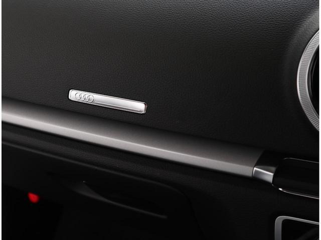飛行機のエンジンをモチーフに設計されたエアコンの吹き出し口です。Audiのデザイン美を感じ取れます。