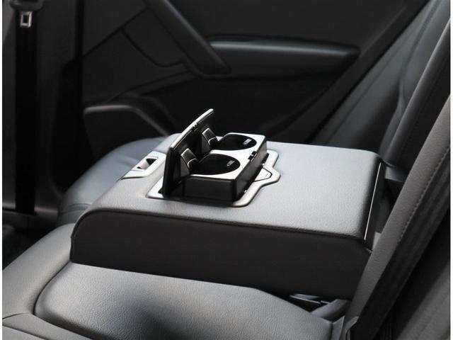 後席用のドリンクホルダーとアームレスト。意外と無い車もあります。あるといつまでも乗っていたくなります。長時間ドライブにはさらに役立ちます!