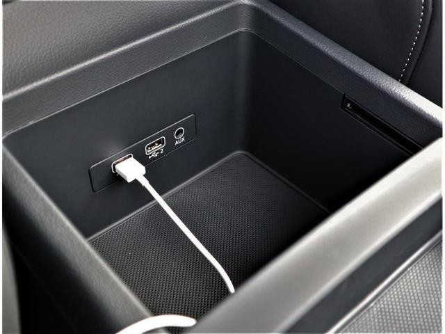 USBポートが2つございます。AUX端子もございます。